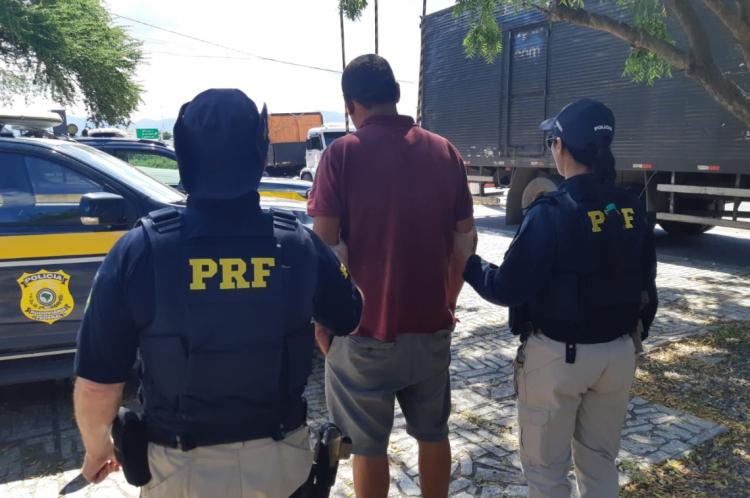 O homem foi encaminhado à Delegacia de Polícia Civil de Sobral.