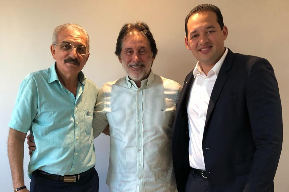 Com novo visual, usando barba, Eunício posa ao lado dos deputados Walter Cavalcante e Danniel Oliveira