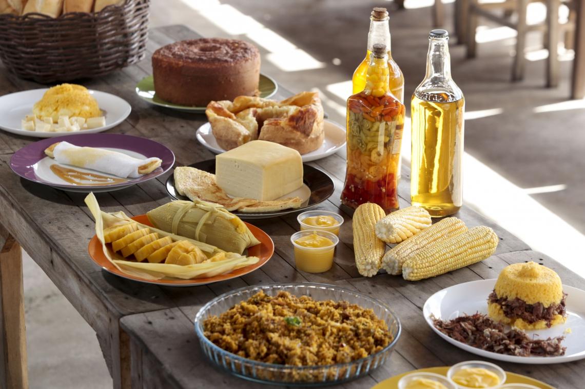 Mesa completa de café da manhã com comidas regionais