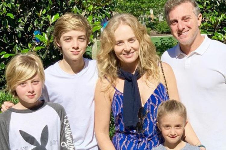 Luciano Huck e Angélica com os três filhos