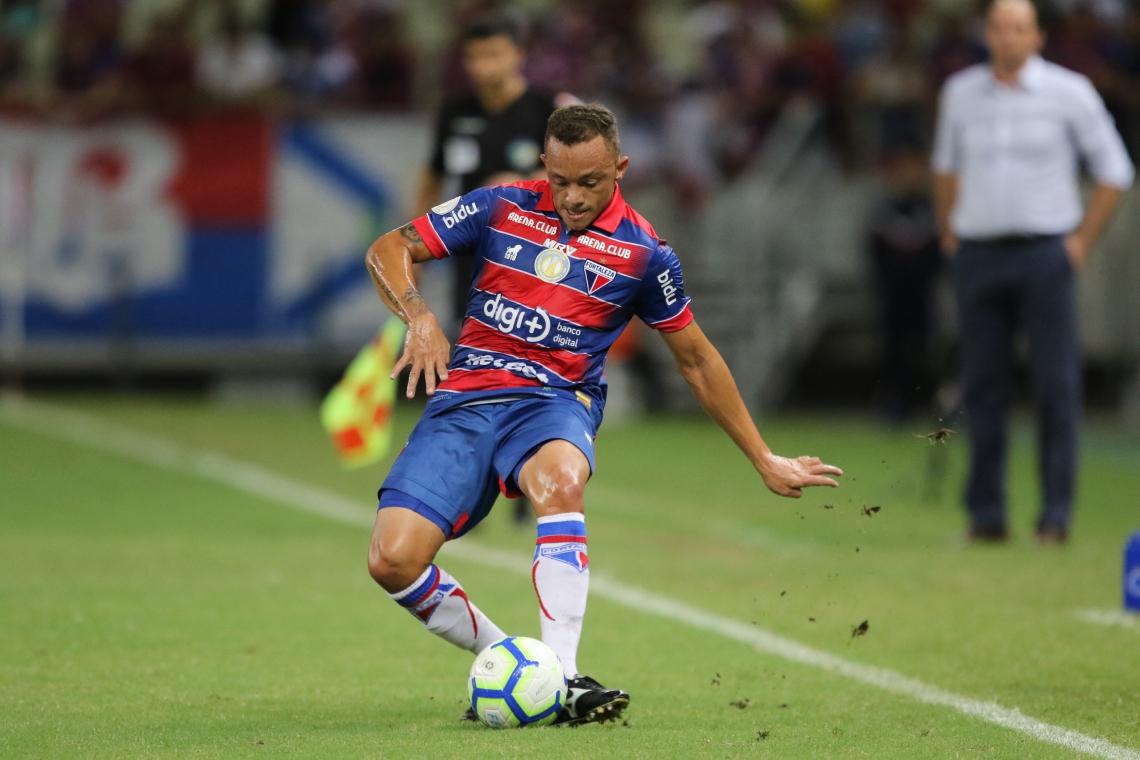 Carlinhos é titular na lateral-esquerda do Fortaleza