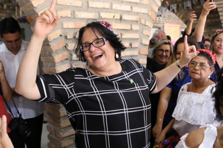 Damares Alves, ministra da Mulher e dos Direitos Humanos, visita centro do idoso na Barra do Ceará