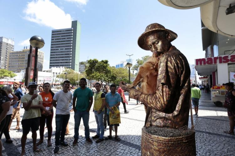 Yorge Luis Ruiz trabalha na Praça do Ferreira junto com sua cadelinha, Jaspe Esmeralda