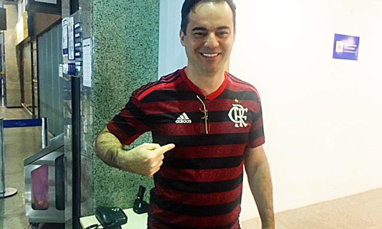 Deputado federal Capitão Wager vestindo a camisa do Flamengo