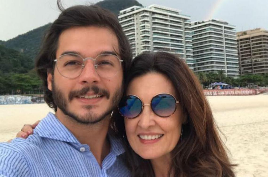 Túlio Gadelha homenageia Fátima Bernardes pelo 7 anos do Encontro.