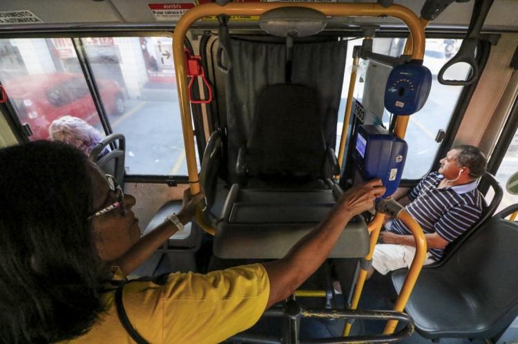 As carteiras de estudantes são usadas para pagamento de meia passagem no transporte coletivo