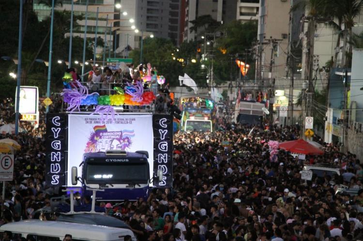 Em 2018, a 19ª Parada pela Diversidade Sexual levou uma multidão à avenida Beira Mar, na Praia de Iracema.