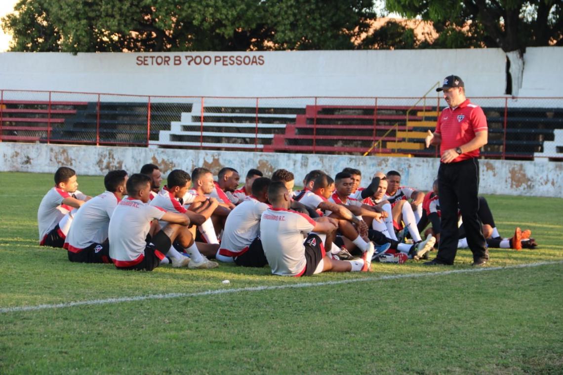 Em seu 1°dia no clube, Leandro deu orientações aos jogadores e comandou um treino técnico na Barra do Ceará.