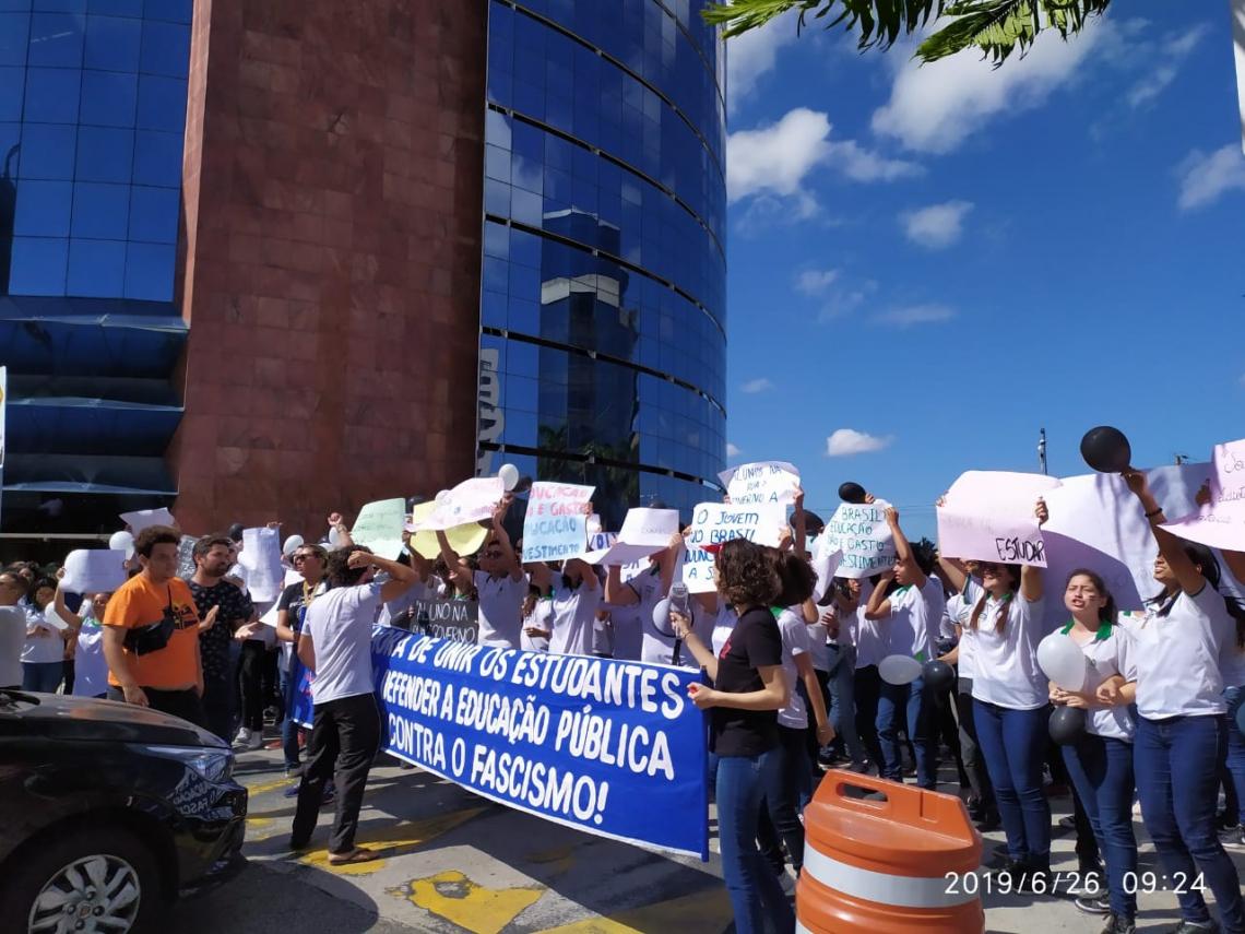 Alunos da escola Maria Ângela da Silveira Borges promoveram manifestação.
