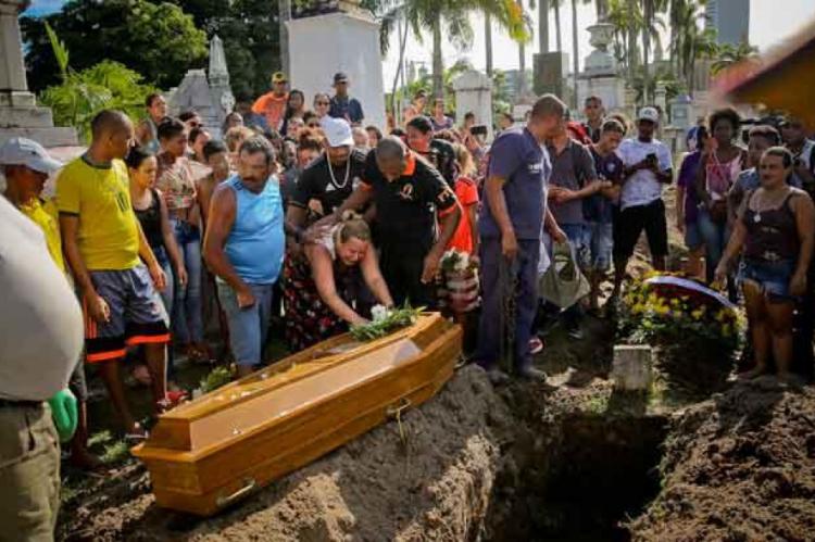 A adolescente foi sepultada na tarde de quarta-feira, no Recife