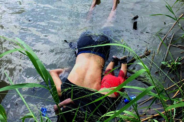 Oscar Martinez Ramirez e sua filha morreram afogados ao tentar chegar aos EUA