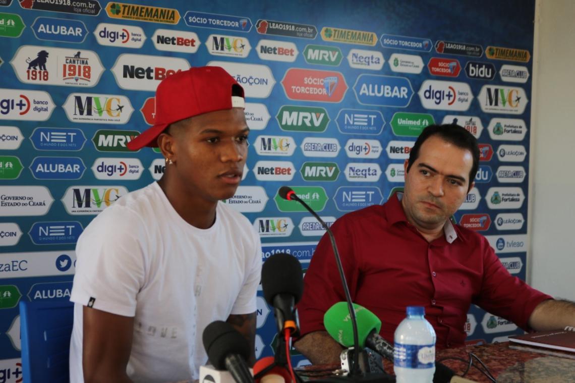 Jogador foi ao clube se despedir dos companheiros e dar coletiva de imprensa.