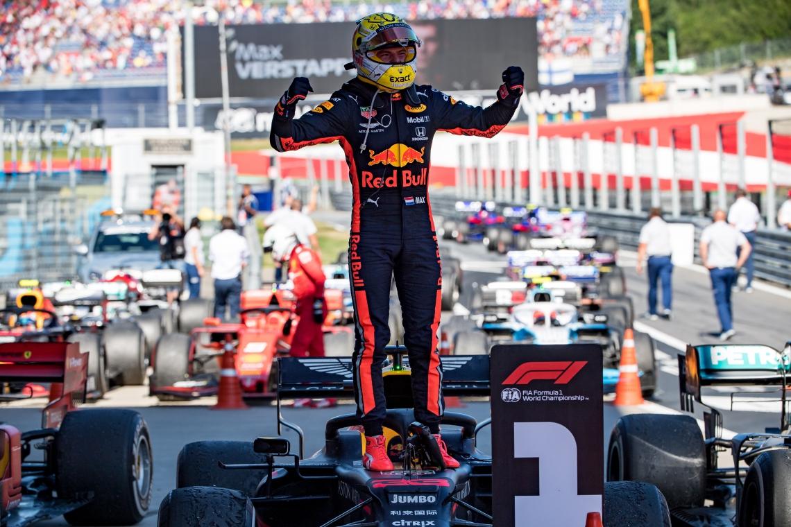 O piloto holandês da Red Bull Max Verstappen comemorando a vitória do GP da Áustria deste domingo