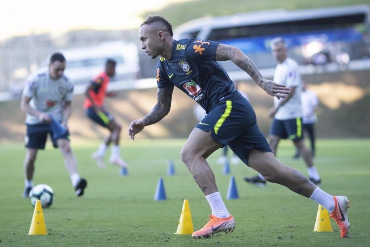 """Cearense Éverton """"Cebolinha"""" em treino com os jogadores da seleção brasileira (Foto: Lucas Figueiredo/CBF)"""