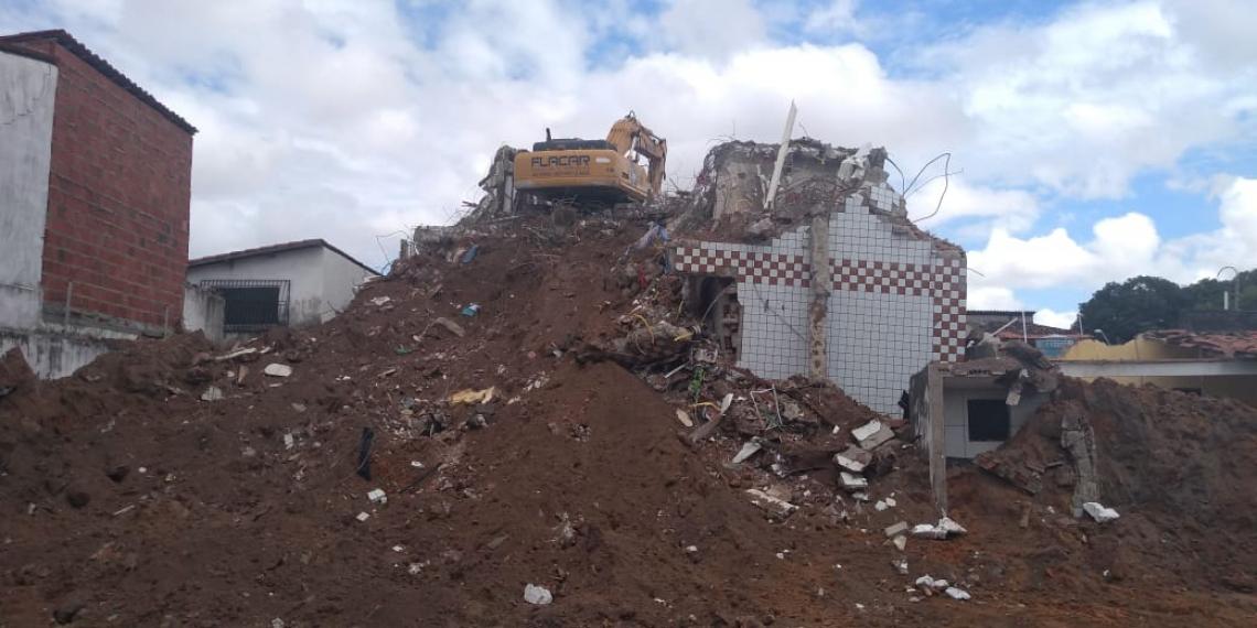 PRÉDIO, ONTEM, em fase final de demolição. Fotógrafo do O POVO não teve acesso ao local