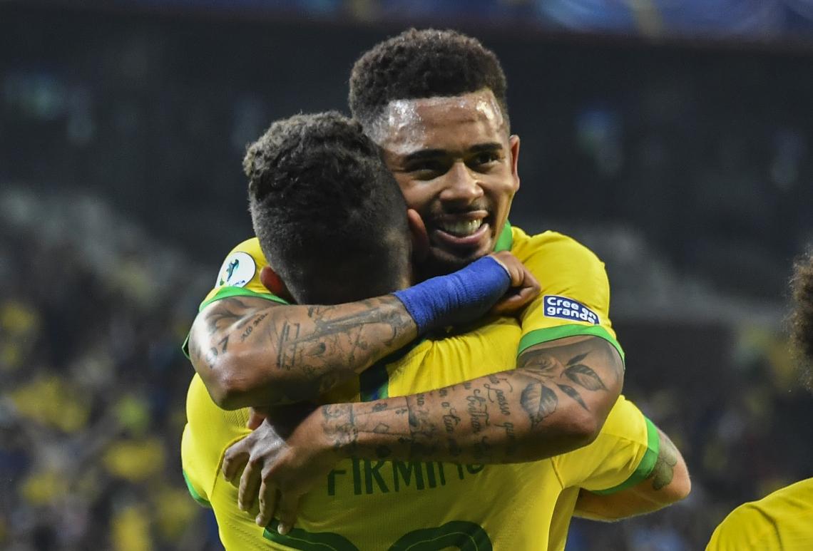 Os gols da partida foram marcados por Roberto Firmino (de costas) e Gabriel Jesus