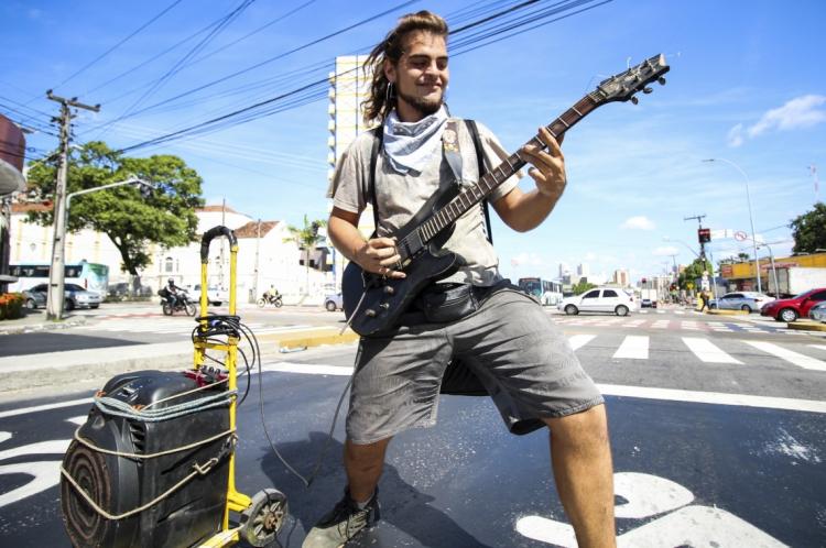 Músico argentino ganha a vida tocando guitarra nos sinais de Fortaleza