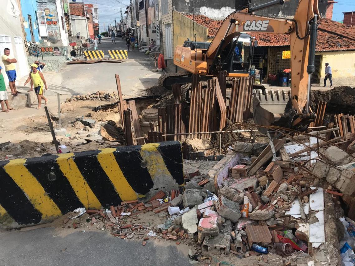 À repórter Germana Pinheiro, moradores relataram a aparição de rachadura na estrutura das casas após inicio de obras para recuperar via prejudicada por cratera