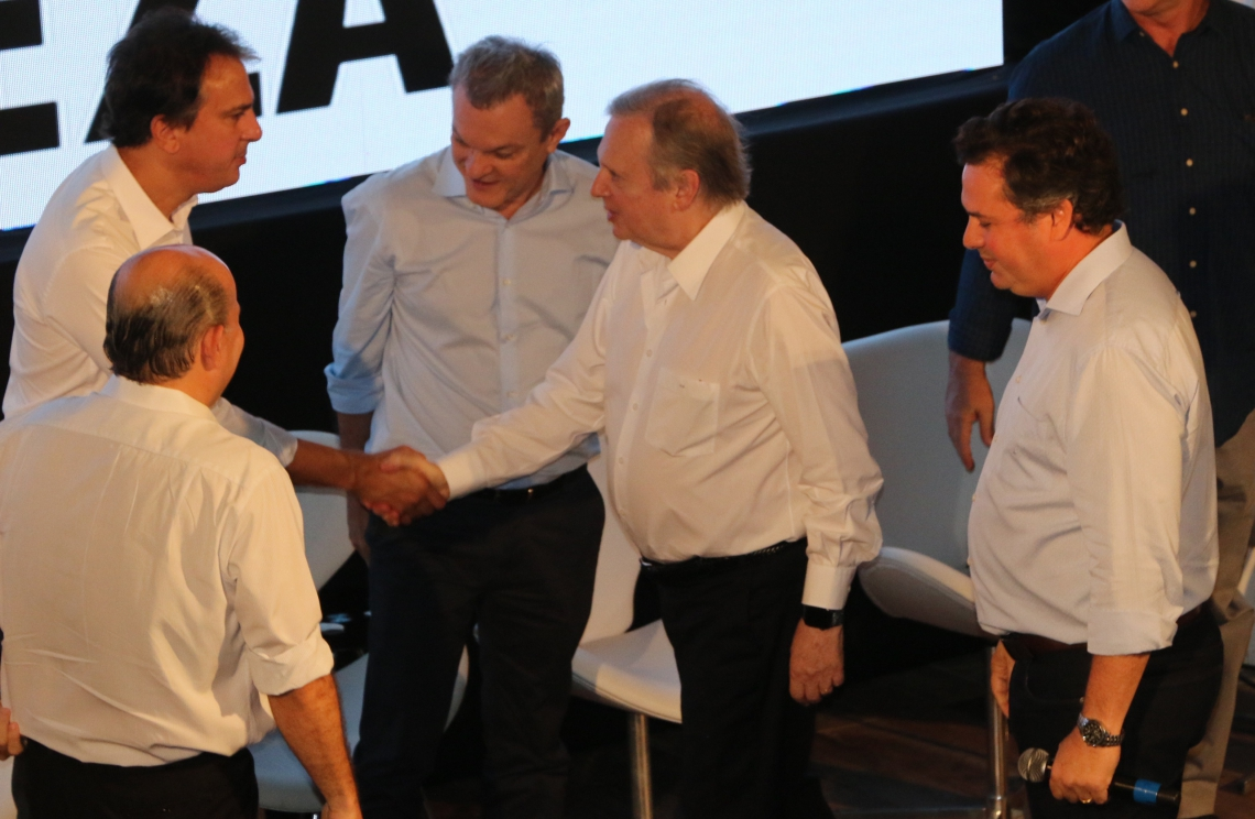 Camilo Santana cumprimenta Tasso, sob olhares de Roberto Cláudio, José Sarto e Samuel Dias