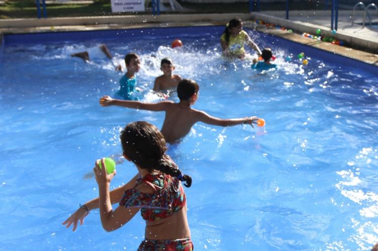 Clubes oferecem atividades na piscina, oficinas e brincadeiras ao ar livre durante colônias de férias.