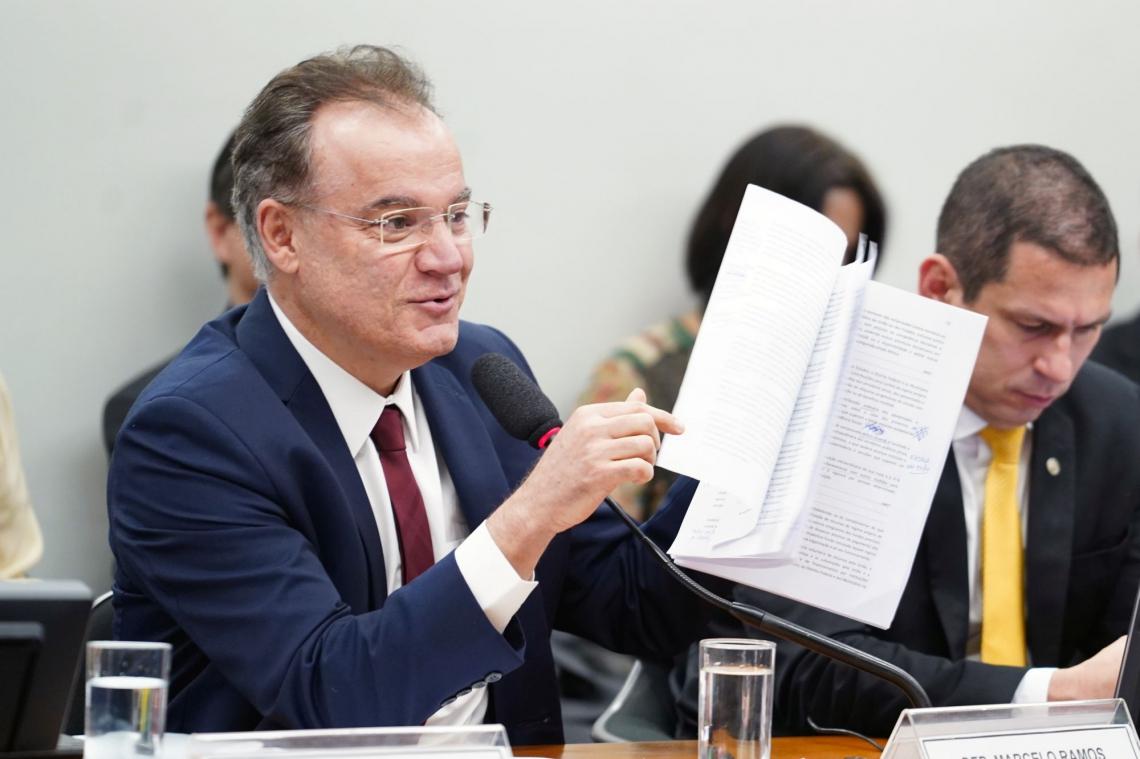 Com um voto de cearense a favor e outro contra, agora proposta segue para votação no Plenário Na voto, relator da PEC da Previdência Samuel Moreira (PSDB-SP)