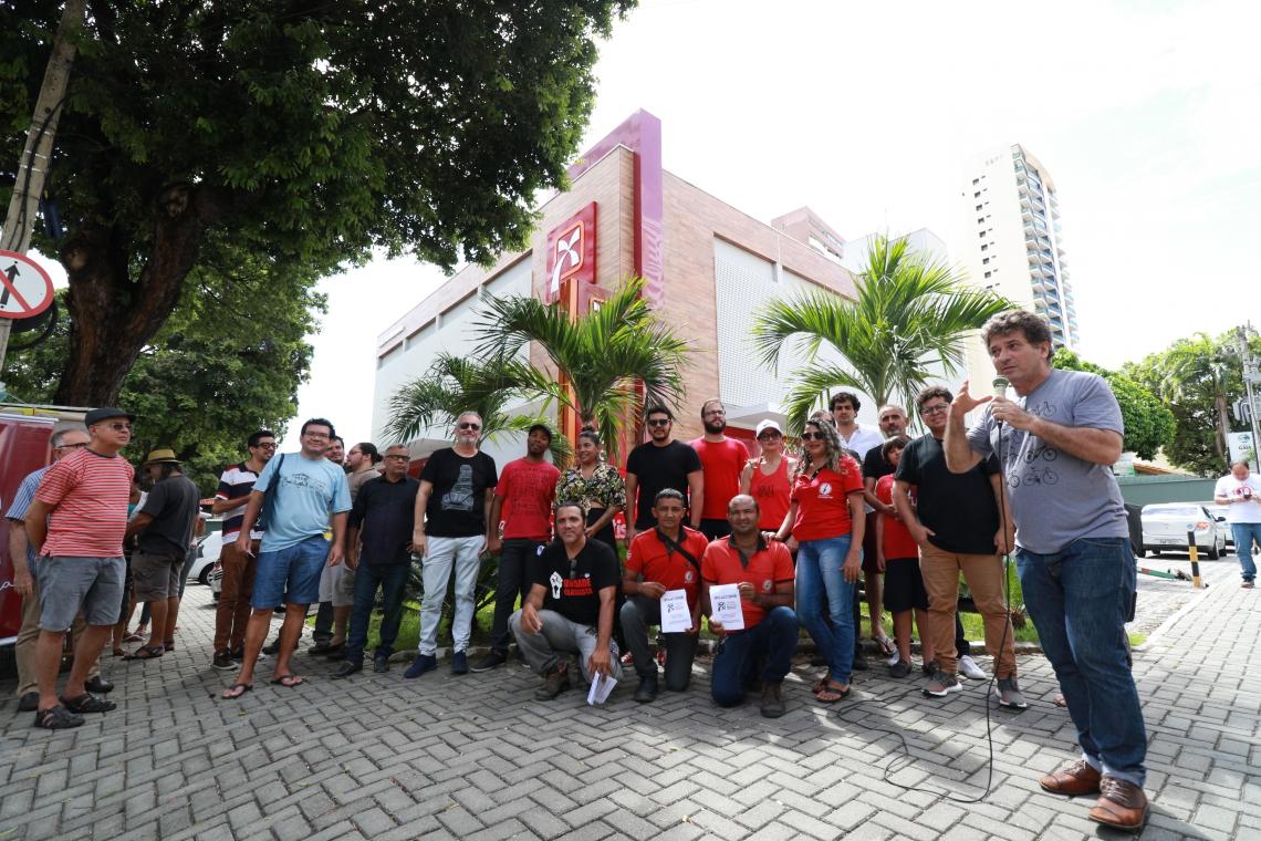 FORTALEZA,CE,BRASIL,03.07.2019: Artistas e produtores culturais se manifestam pedindo a continuidade dos centros culturais Banco do Nordeste, na sede do banco localizado na Avenida Santos Dumont. (fotos: Tatiana Fortes/ O POVO)
