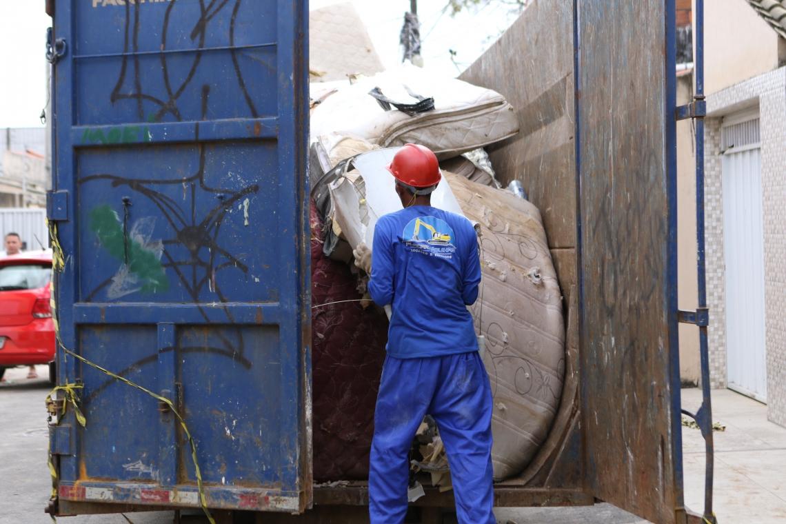 FORTALEZA, CE, BRASIL, 04.07.2019: Contêiner onde são colocados objetos recolhidos do Prédio residencial que tombou na rua Travessa Campo Grande na Maraponga é totalmente demolido.