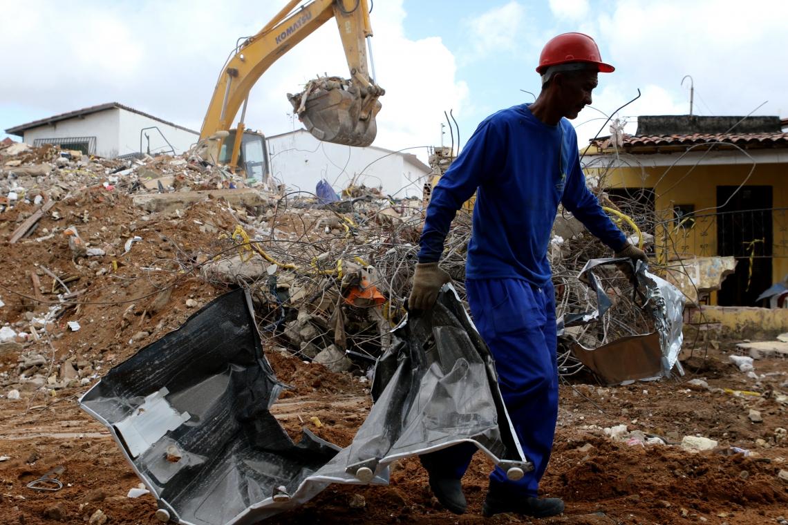 FORTALEZA, CE, BRASIL, 04.07.2019:  Predio residencial que tombou na rua Travessa Campo Grande na Maraponga é totalmente demolido.