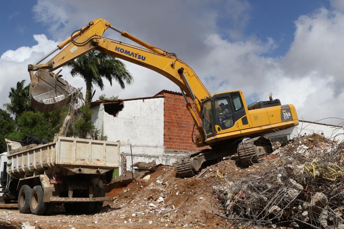 FORTALEZA, CE, BRASIL, 04.07.2019:  Prédio residencial que tombou na rua Travessa Campo Grande na Maraponga é totalmente demolido.