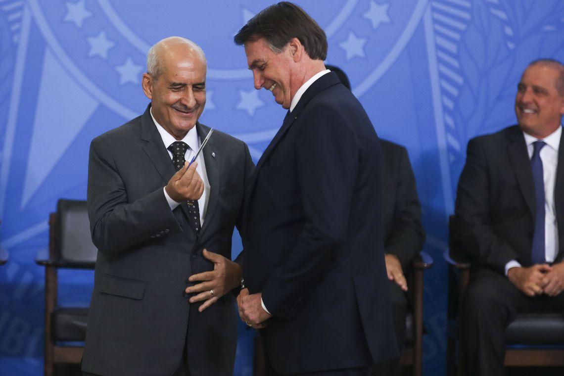 O presidente Jair Bolsonaro dá posse ao ministro da Secretaria de Governo, Luiz Eduardo Ramos