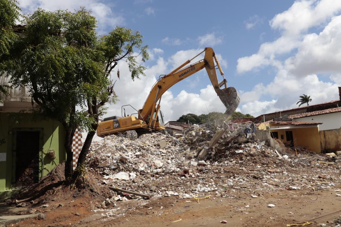 FORTALEZA,CE,BRASIL,05.07.2019: Um maquinário realiza a retirada dos escombros do prédio da Maraponga que foi demolido no inicio dessa semana. (fotos: Tatiana Fortes/ O POVO)