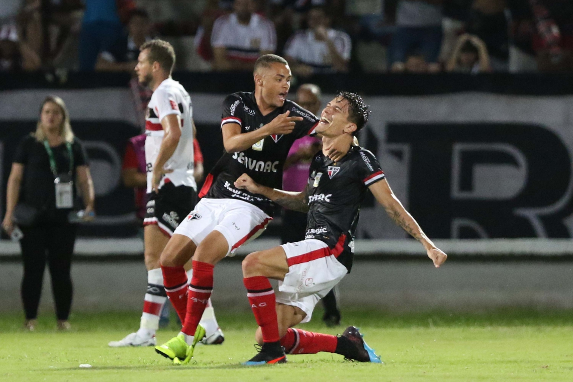 Isac (à direita) comemora o primeiro gol da partida com Esquerdinha