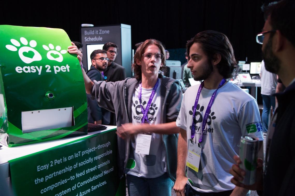 Davi, à esquerda, e Igor, à direita, apresentam projeto na maior feira tecnológica do mundo