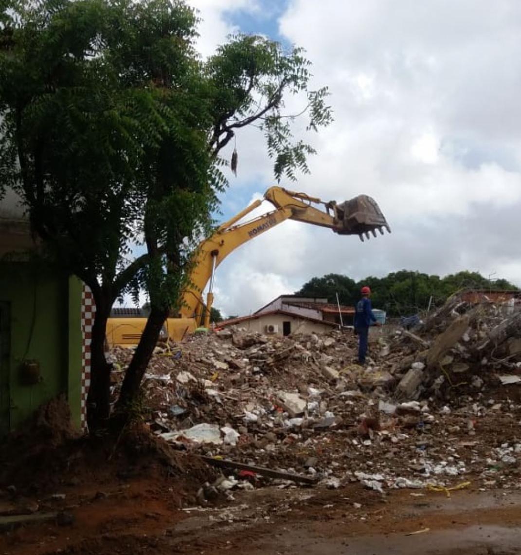 Maquinário segue trabalhando na remoção de entulho da demolição de prédio na Maraponga.