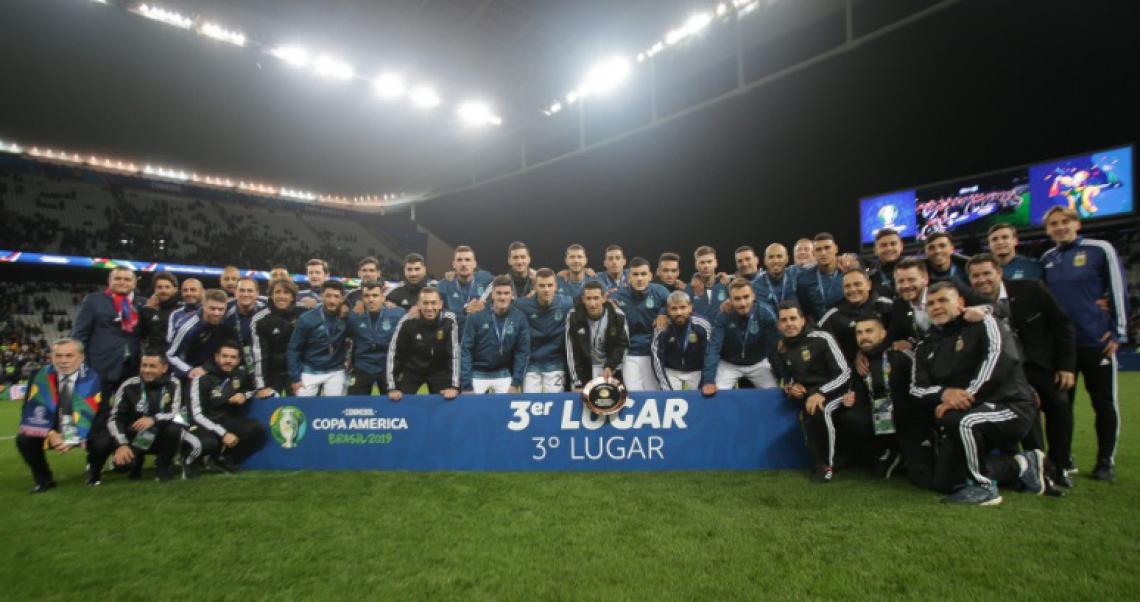Foto oficial da Seleção Argentina após a conquista do terceiro lugar na Copa América 2019