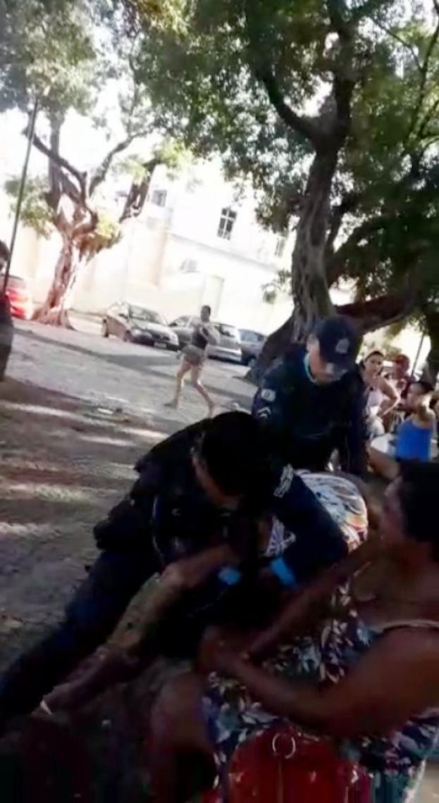 Abordagem de policiais a moradores de rua na Praça Lagoinha