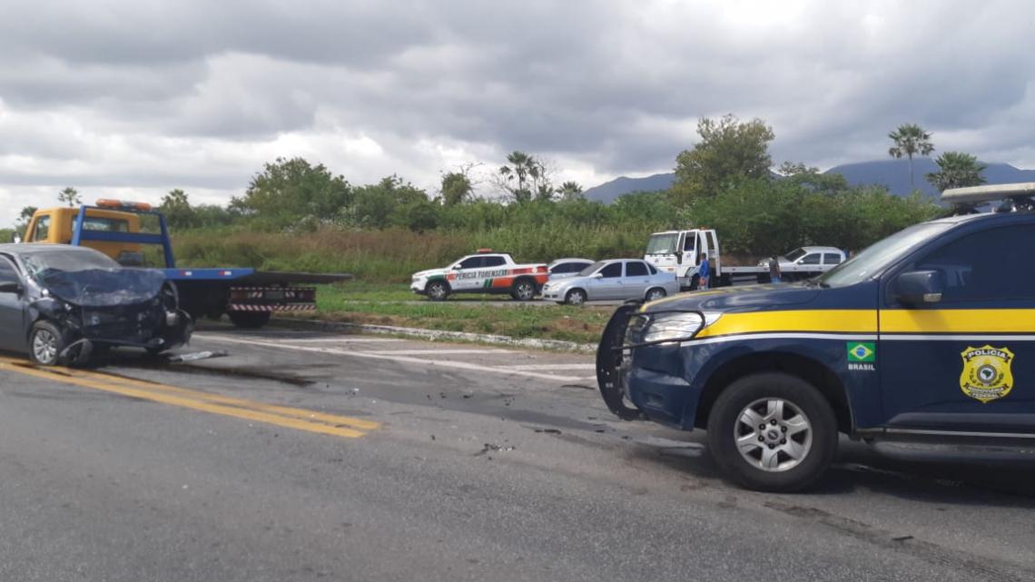 Acidente entre dois automóveis, na BR-020, quilômetro 390,6, em Caucaia, na Região Metropolitana de Fortaleza deixou uma muher morta.