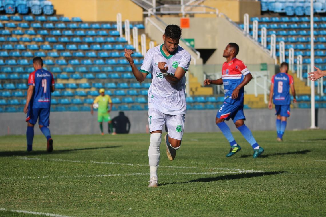 Paulo Vyctor comemora gol que garantiu vaga ao Floresta nas quartas de final