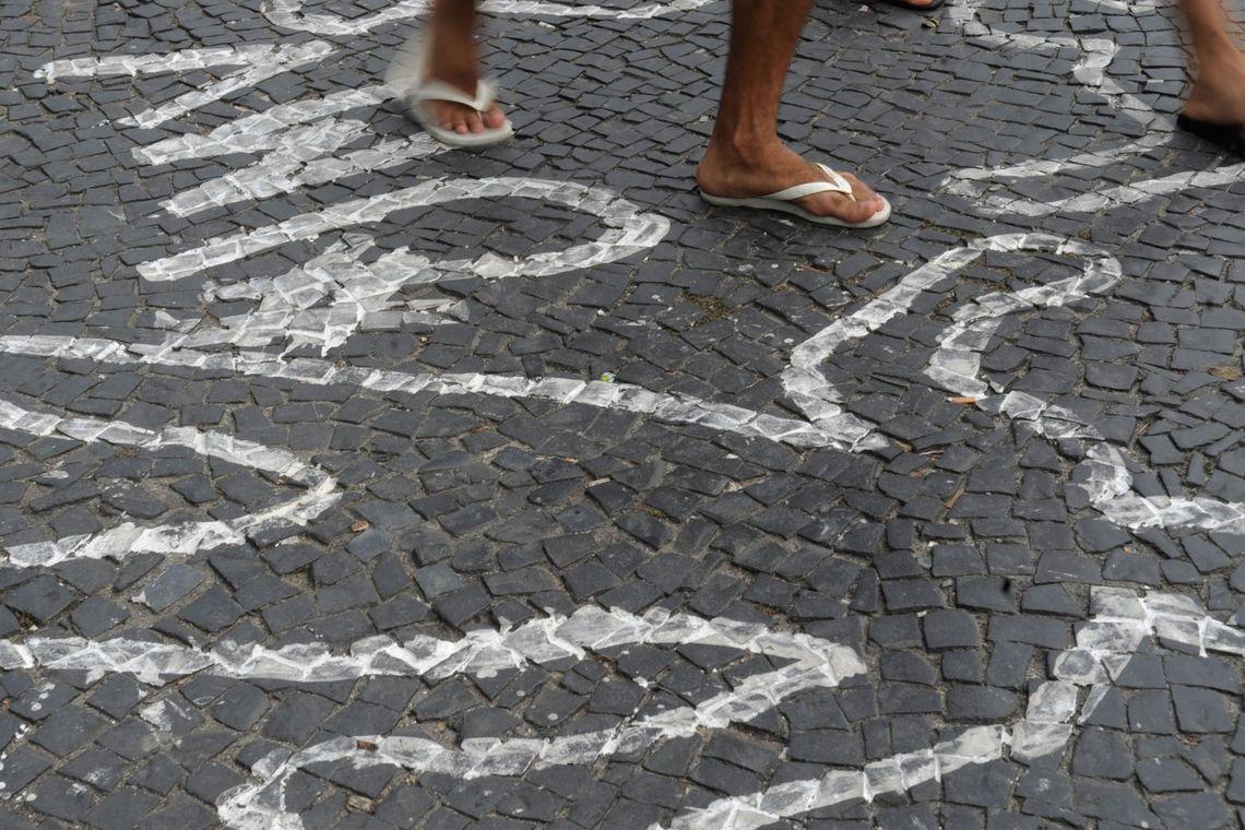 Rio de Janeiro - Campanha contra homicídios de jovens negros pinta centenas de silhuetas de corpos no chão do Largo da Carioca