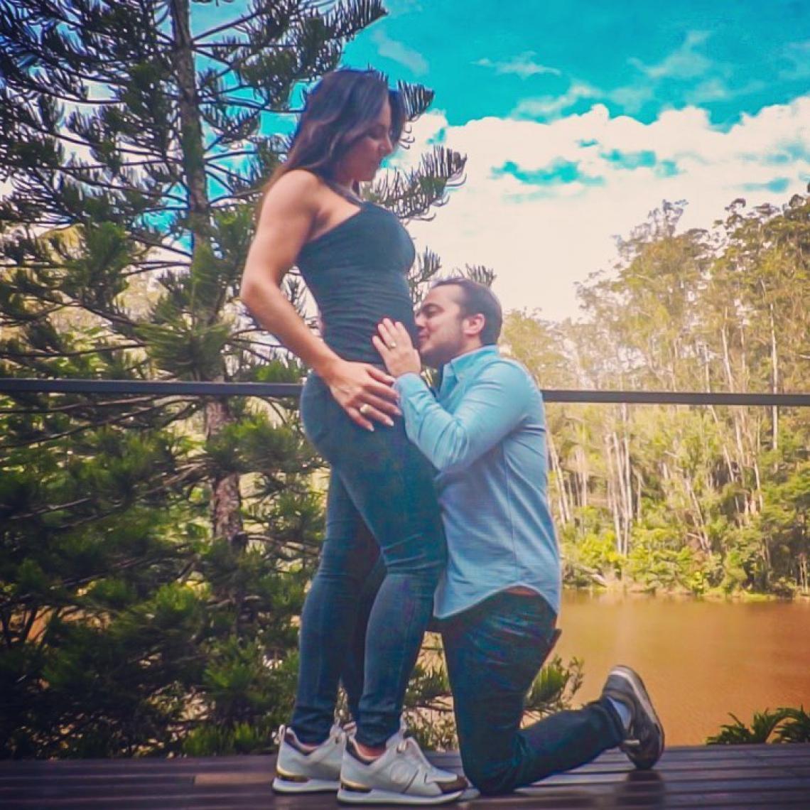 Thammy Miranda publica foto beijando barriga de grávida da esposa e brinca: