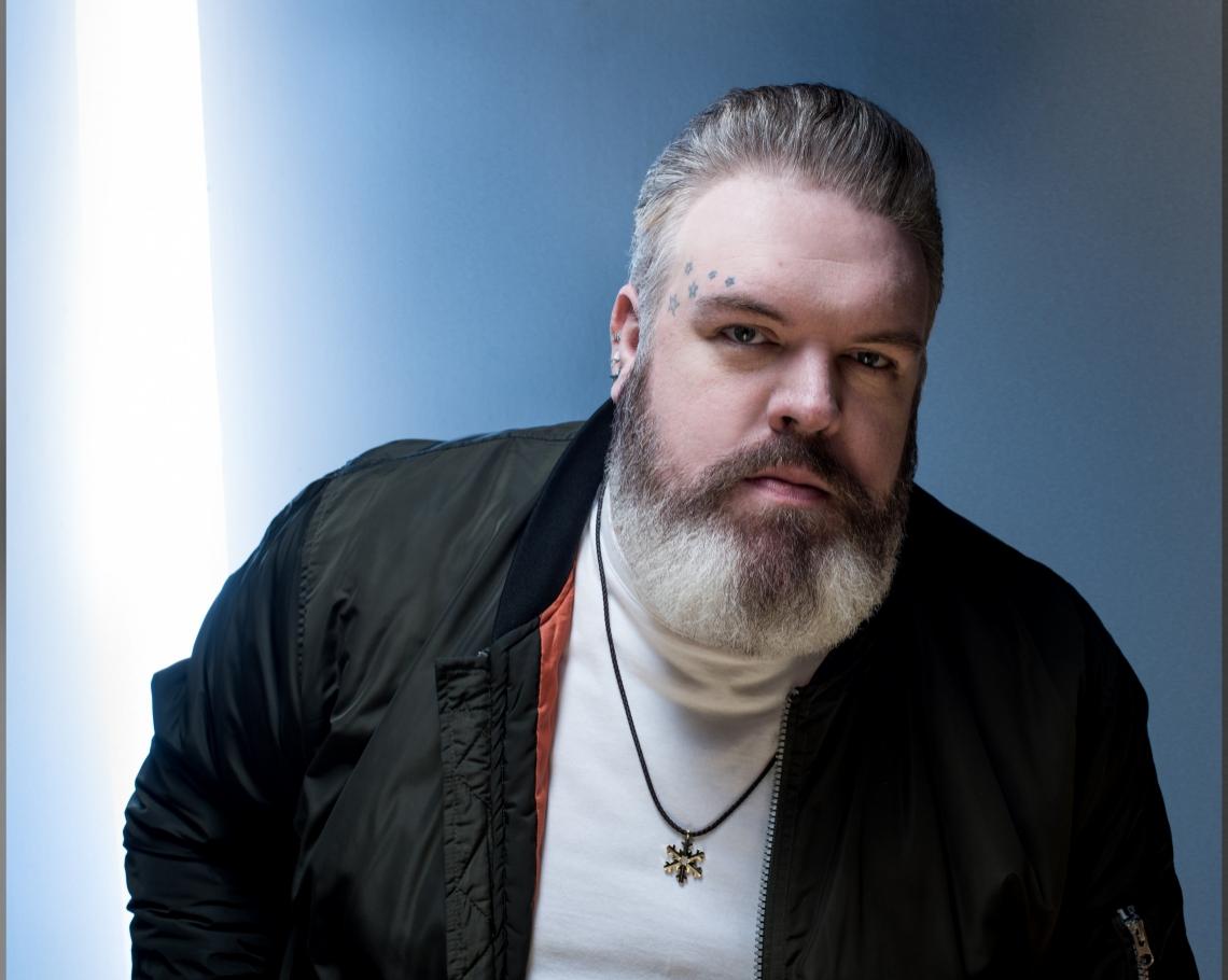 Ator irlandês Kristian Nairn, de Game Of Thrones, participa como DJ