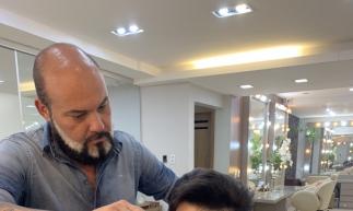 Luís Marcelo, da Dupla Luís Marcelo e Gabriel, na cadeira de Paulino Jr, no Le Beauty Club