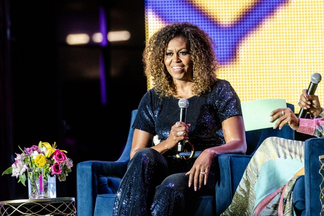 Em nome da diversidade, Michelle Obama mostra cachos naturais
