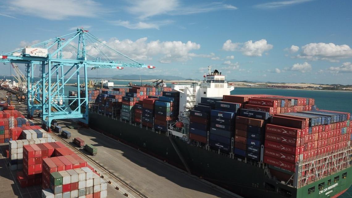 São mercadorias que embarcam e desembarcam, comprovando a localização estratégica do Porto do Pecém