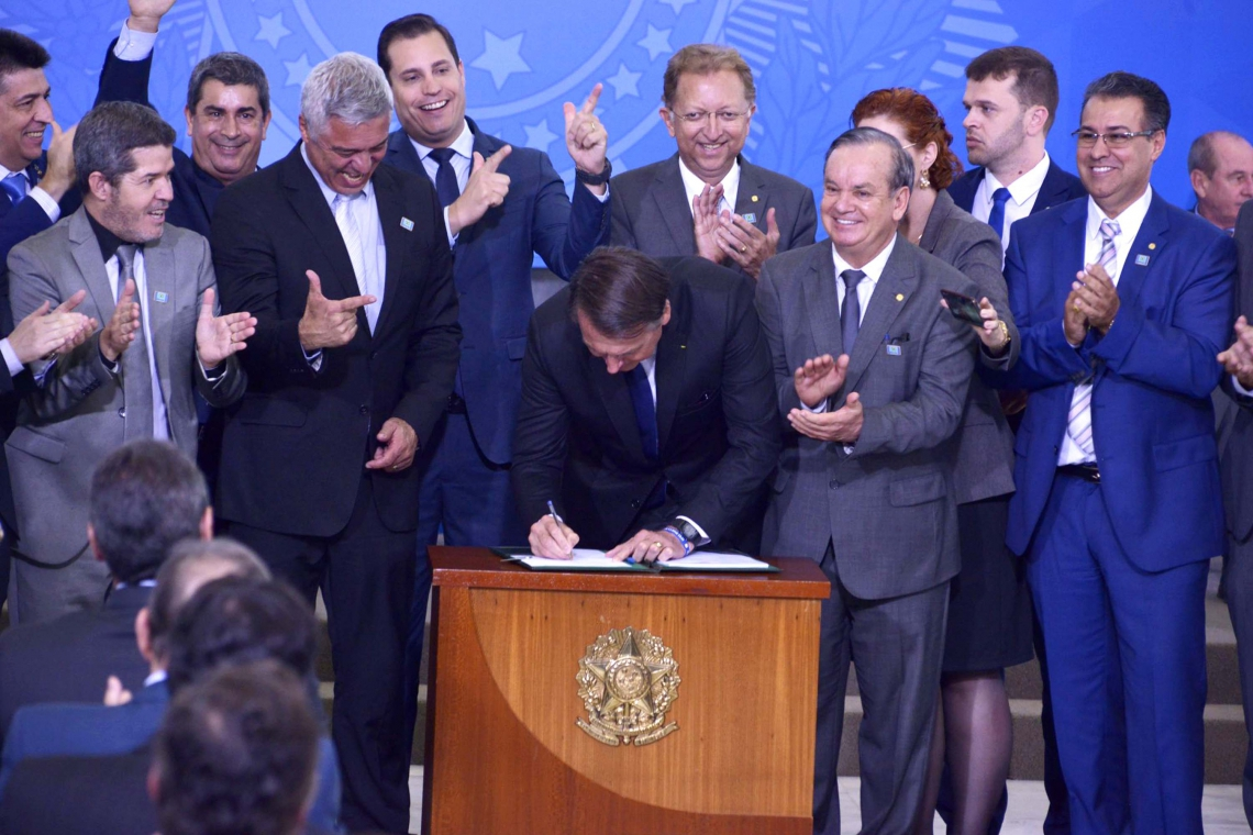 O presidente Jair Bolsonaro assinou o decreto sobre a flexibilização do porte de armas para várias categorias no dia 7 de maio.