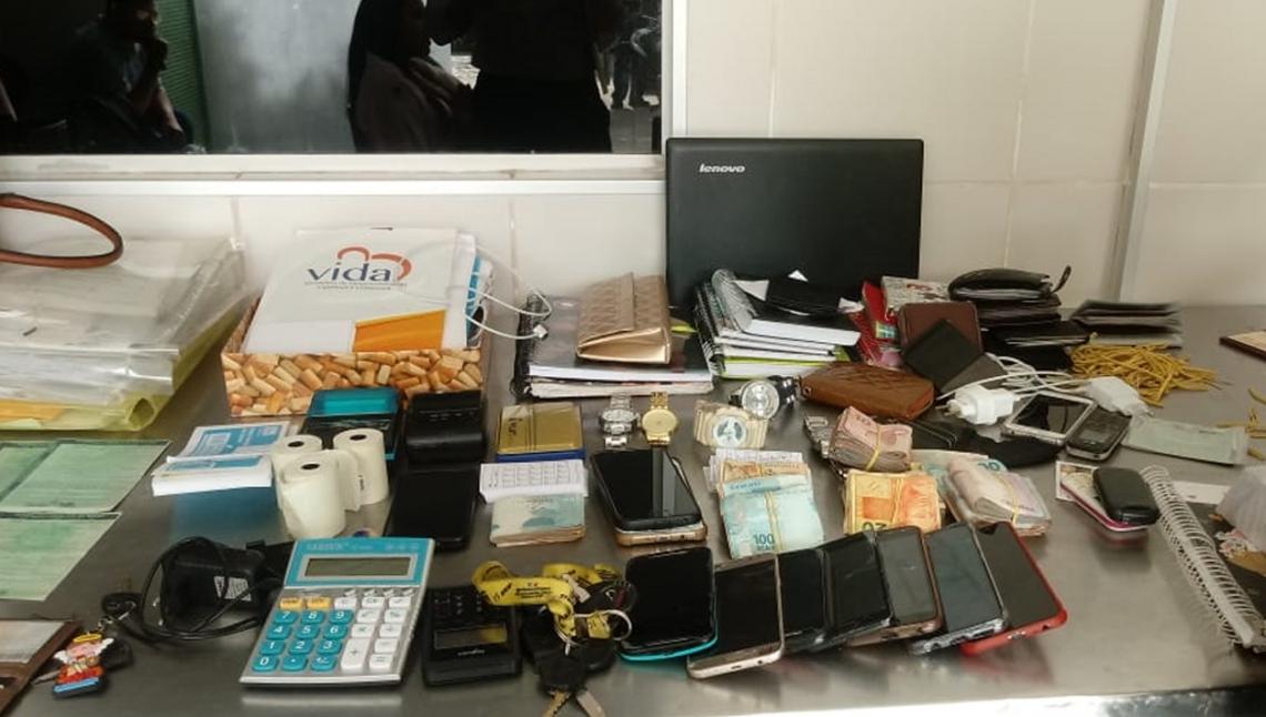 OPERAÇÃO apreendeu celulares, cadernos e dinheiro em espécie com os suspeitos