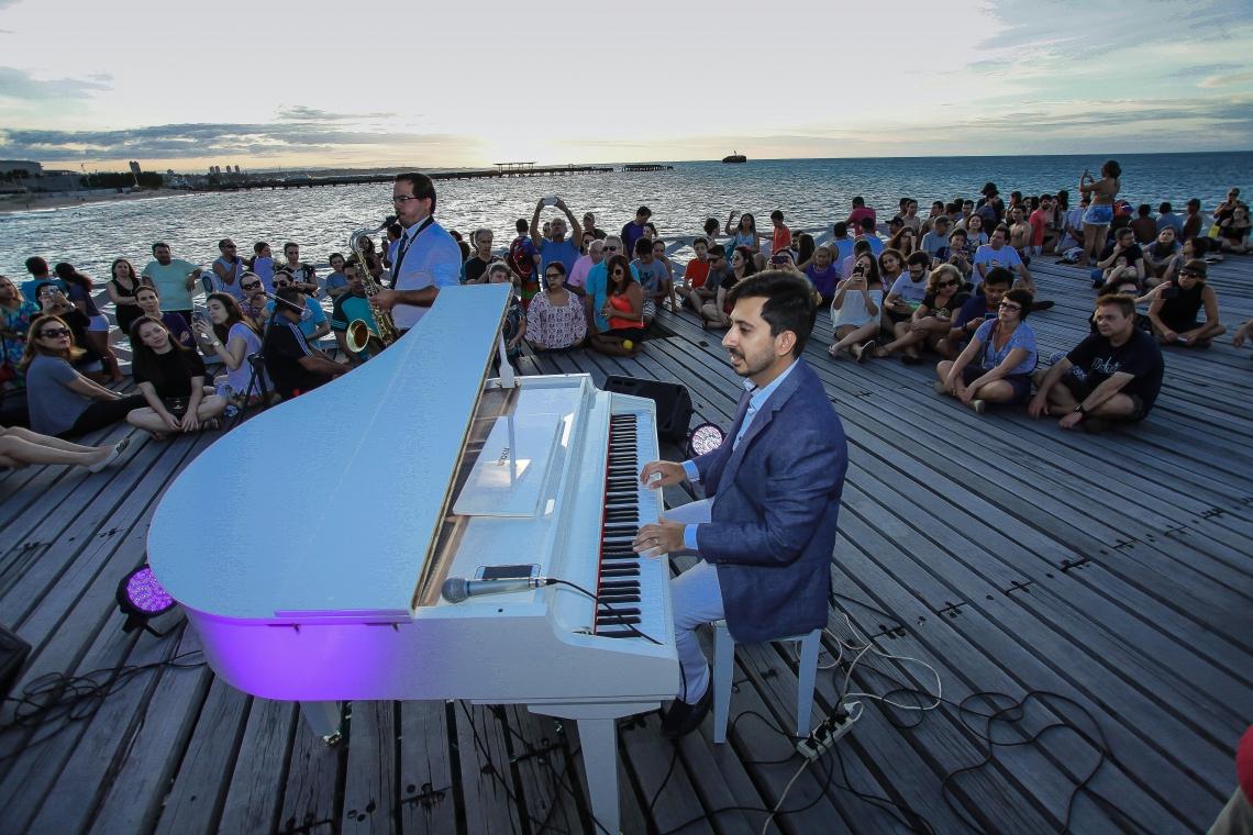 O projeto realiza shows gratuitos durante o pôr do sol da cidade