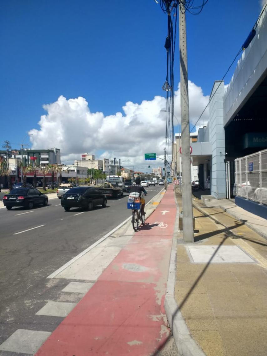 O poste, localizado no cruzamento da avenida Aguanambi com a rua Mestre Rosa, foi retirado da ciclovia na manhã desta sexta-feira, 12.