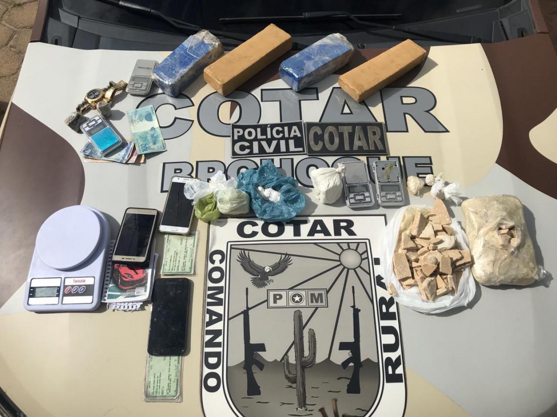 FORAM apreendidos 2,5 kg de maconha, 1,4 kg de crack, 400 g de cocaína, seis celulares e cinco balanças de precisão