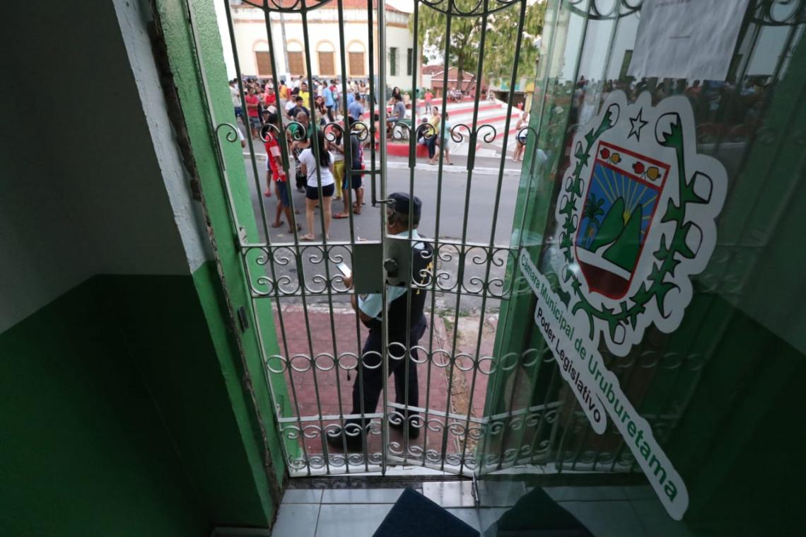 Acesso da Câmara Municipal de Uruburetama, guardada pela Polícia Militar
